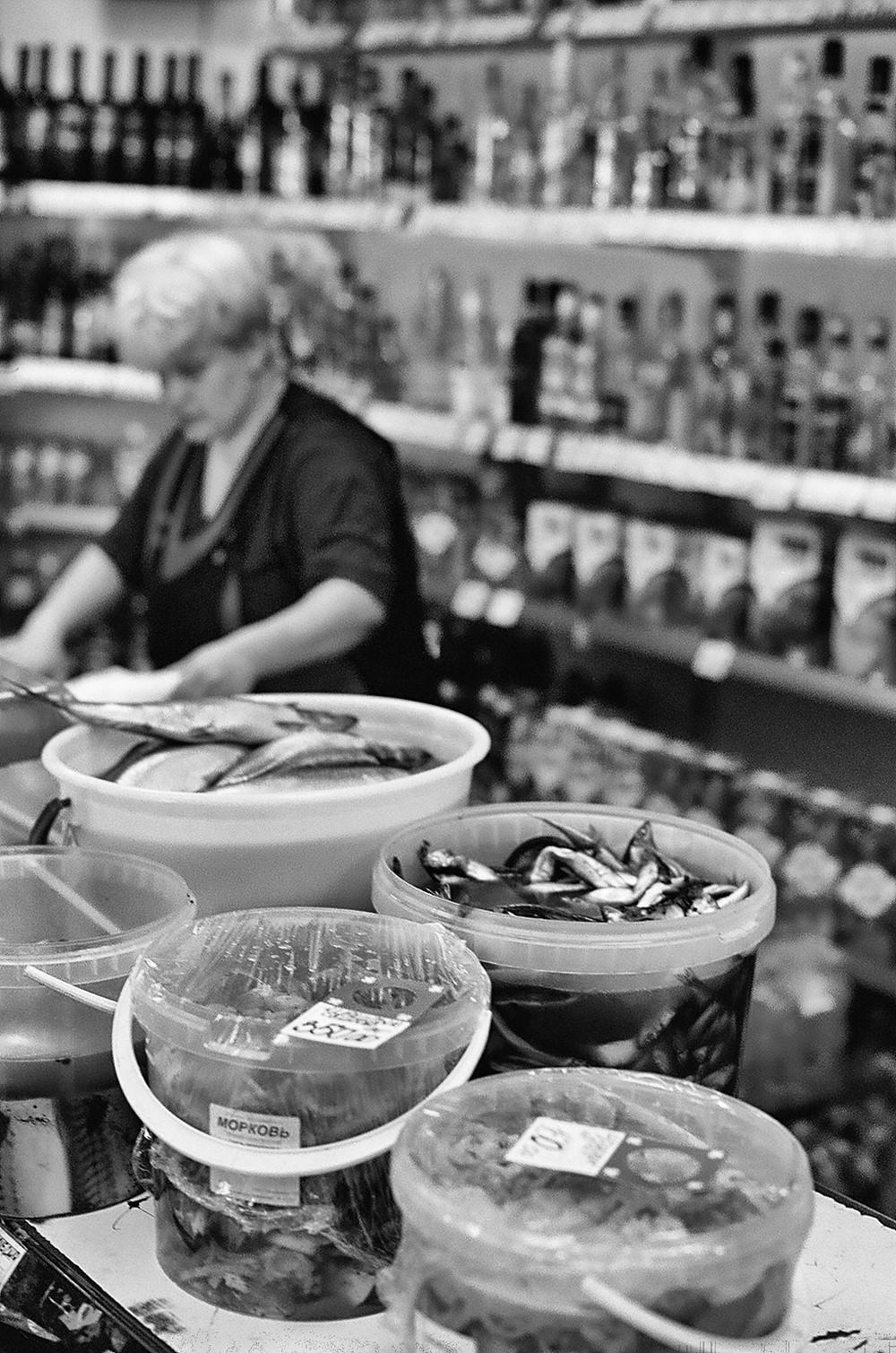 Mosca - Un negozietto di alcolici e pesce.