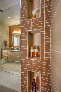 Shower tower with niches