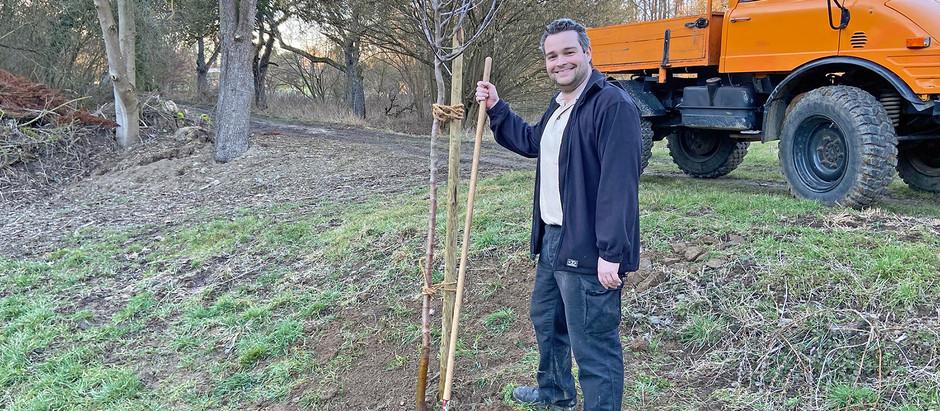 Torsten Welling pflanzt Obstbaum und fordert Dialog mit der Landwirtschaft