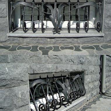 Кованая решетка полуподвального окна