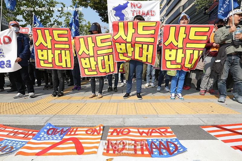 성주ㆍ김천 주민들이 11일 오후 광화문 KT앞에서 사드배치 철회 요구에 대한 미국 백악관 청원서명 답변에 항의하는 집회를를 열고 사드배치계획 철회를 요구하고 있다