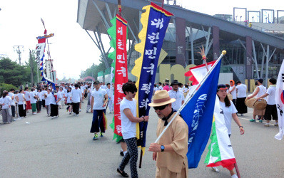 South Koreans gather at Imjingak near the DMZ in July 2013 to call for a peace treaty (photo: timshorrock.com).