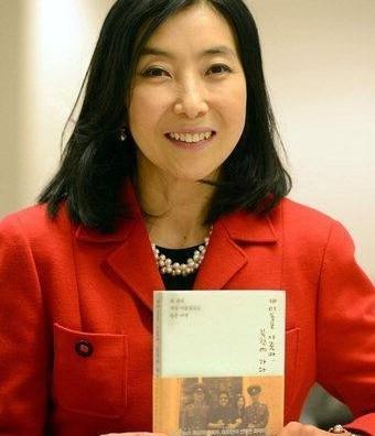 Shin Eun-mi with a copy of her book
