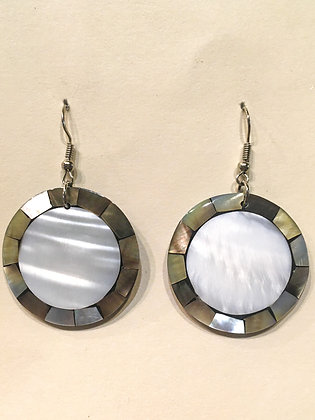 Pearly middle shell earring