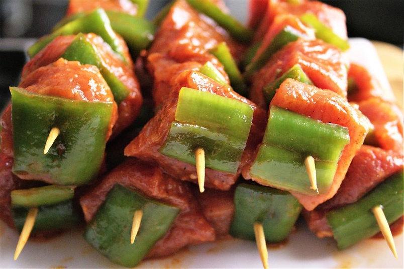 Enfilalls (pinxos) carn porc -xarcuteria Planas.jpg
