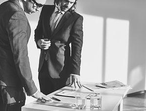 reunion-de-negocios-en-blanco-y-negro_10