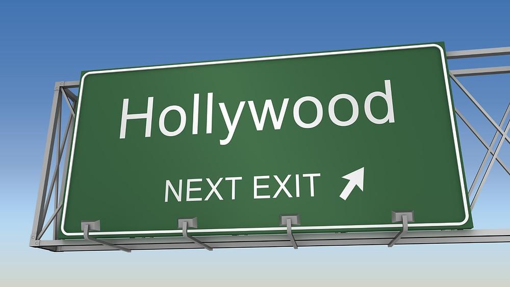 """Placa de Trânsito escrito """" Hollywood - Next Exit"""" e uma fecha apontando para lado diagonal direito indicando saída - Coluna Como Hollywood trata suas estrelas"""