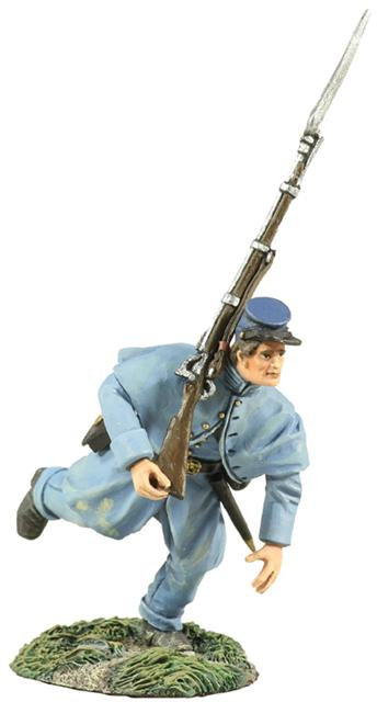 31170 - Union Infantry in Overcoat Charging At Right Shoulder Shift No.2
