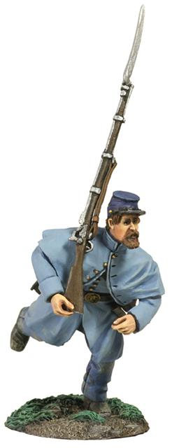 31157 - Union Infantry in Overcoat Charging At Right Shoulder Shift No.1