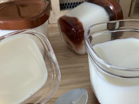 Yaourt à la vanille sur un lit de confiture de fraises