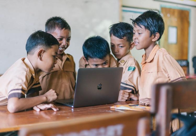 Nativi digitali che si divertono davanti ad un PC