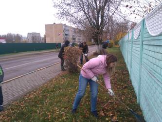 Наши волонтёры участвуют в субботнике
