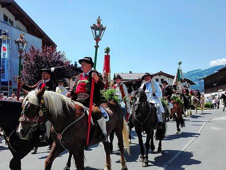 Brixentaler Antlassritt. Η πομπή με τους ιππείς του Μπρίξενταλ.