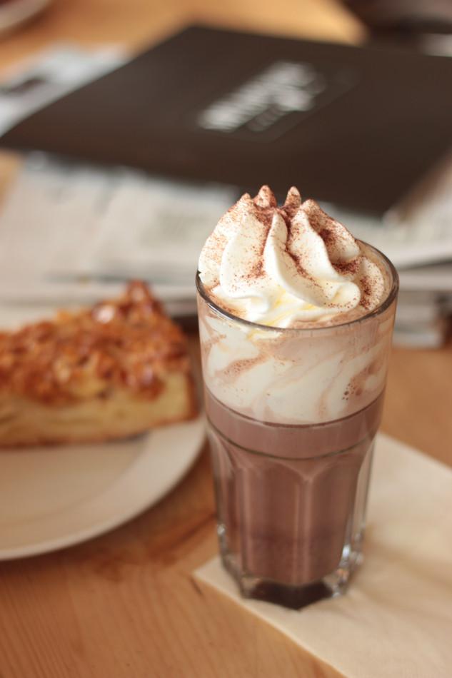 Kakao mit Apfelkuchen