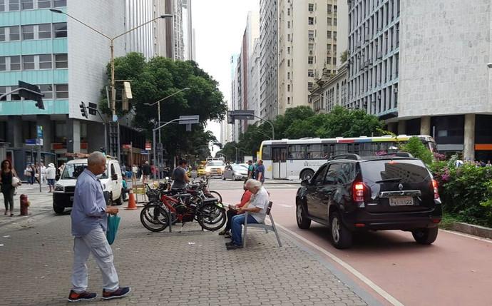 Flagra: carro circula em trecho exclusivo para pedestre e ciclista no Centro do Rio