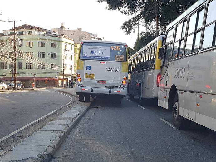Flagra: ônibus sobe em calçada na Tijuca