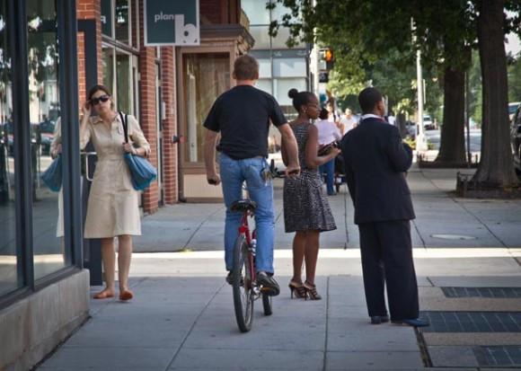 E aí, pode ou não andar de bicicleta na calçada?
