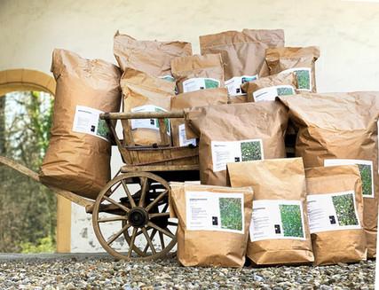 Abgefülltes Saatgut zur Ansaat artenreicher Wiesen