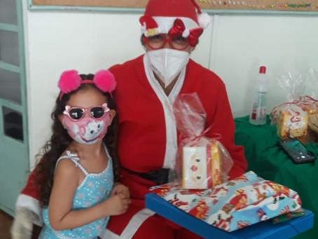 Entrega de presentes para as crianças da creche
