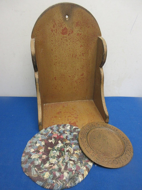 Country brown speckled shelf with metal and quilted trivets