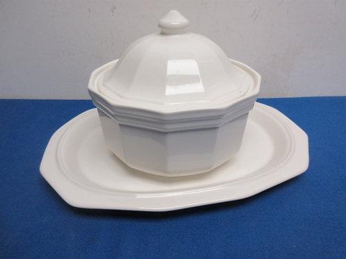 "Pfaltzgraff white ceramic round casserol,8""dia x 4""deep, and matching platter 10"