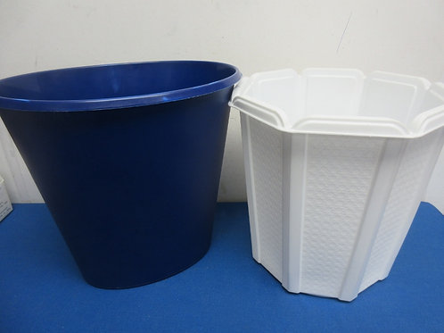 Set of 2 plastic waste baskets - blue and white