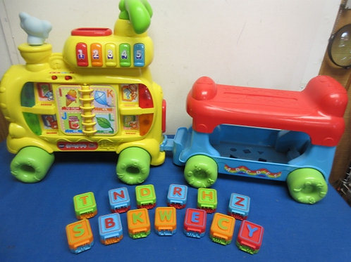 V-tech Sit-to-Stand ultimate alphabet train - 2 pc