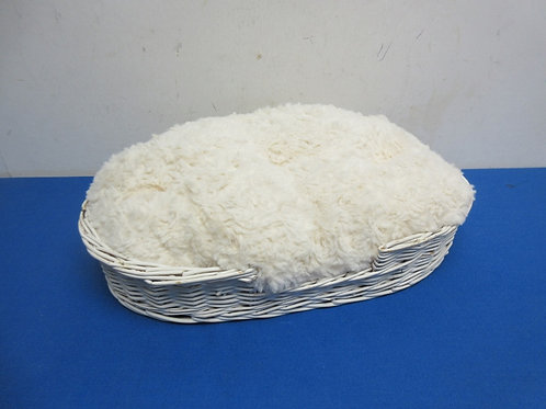"""White wicker small cat bed with furry pillow 9x15"""""""