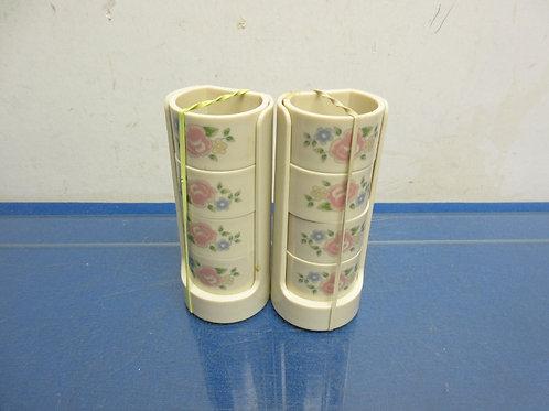 Set of 8 plastic napkin rings, floral design