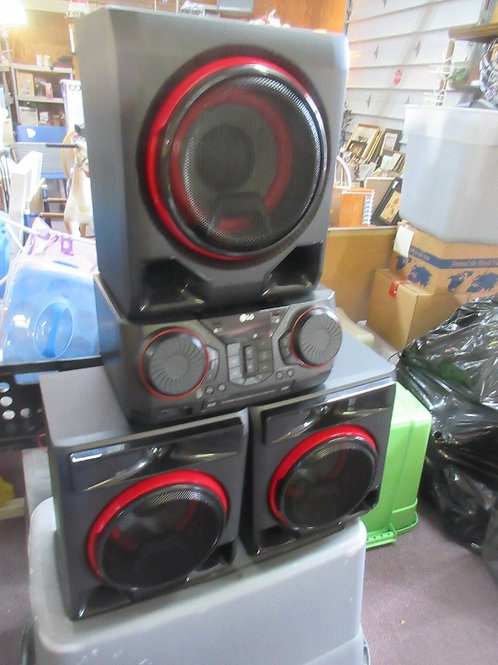 LG 1100 w Hi Fi entertainment system with 3 speakers
