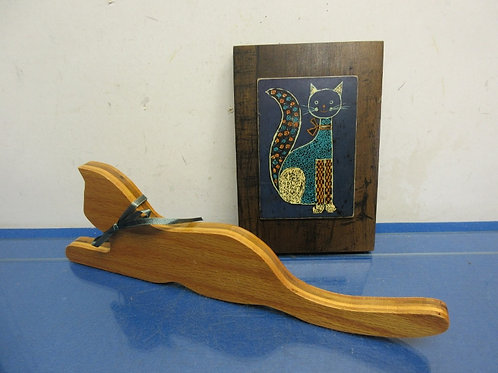 Pair of cat items - smiling cat wall plaque and an oak cat shelf sitter