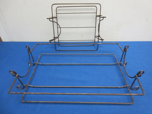 Pair of metal carriers for casserole dishes