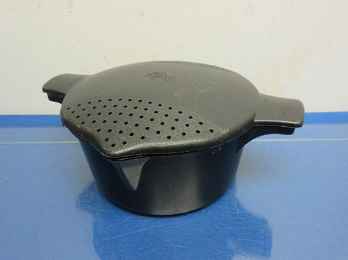 """Pampered Chef black micrwave pot with straining lid 8"""" dia x 3"""" high"""