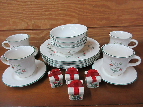 Pfaltzgraff Hollyberry 20 pc service for 4 dinnerware, includes 4 sets of salt &