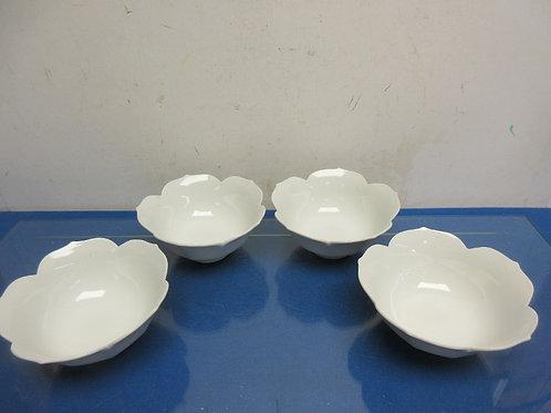 Set of 4 white ceramic bowls with petal edging