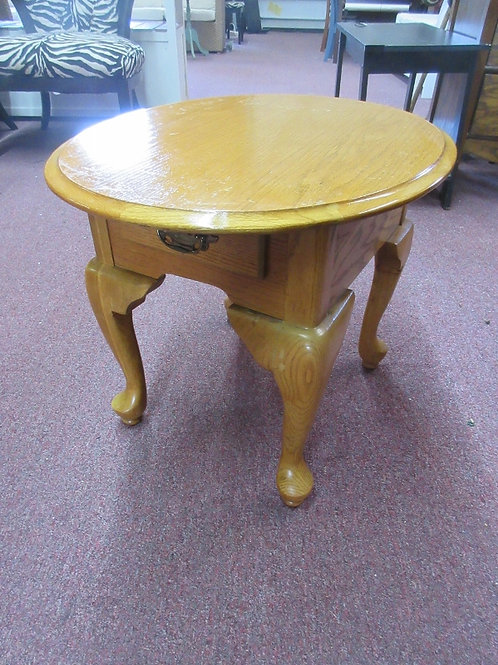 Queen Anne style oak oval end  table w/1 drawer, 22x27x22H