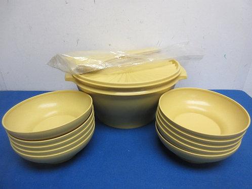 Large gold tupperware salad bowl, lid, utensils and 10 salad bowls