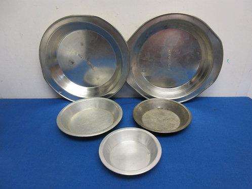 Set of 5 aluminum pie pans, 2 regular size, 3 small size