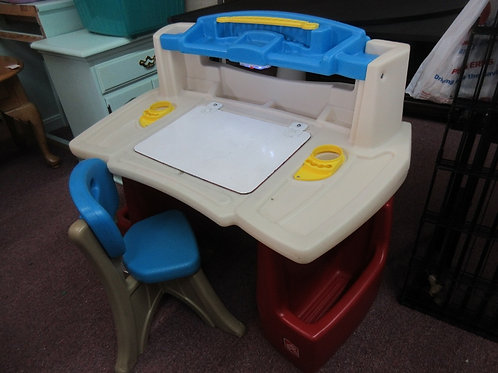 Step 2 deluxe art master desk with chair