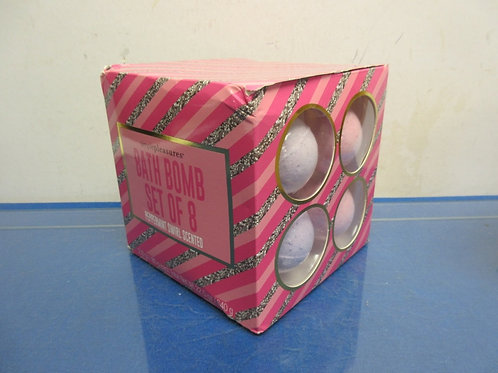 Simple Pleasures set of 8 bath bombs, peppermint scent, New in box