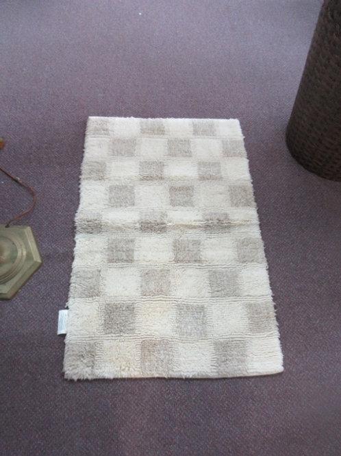 Tan and ivory checkered rectangular throw rug - 34x22