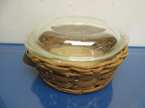 """Pyrex 2 quart baking dish with lid and basket carrier, 9""""diameter"""