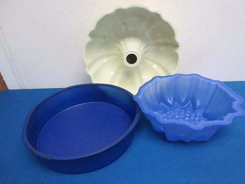 Yellow bundt pan and 2 silicone items, 1 pan, 1 jello mold