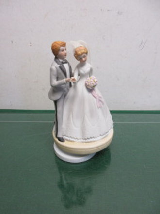 "Musical statue of Bride&Groom, plays ""Wedding March"""