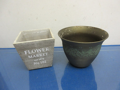 """Pair of planter pots, one round plastic, &  one wood square, both 5"""" tall"""