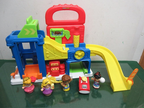 Fisher Price gas station/car wash with 4 people and car