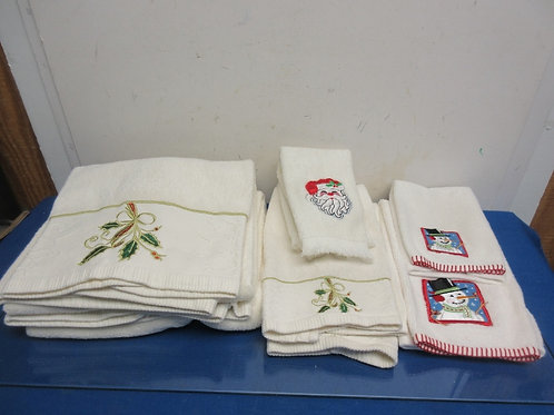 Set of 8 holiday towels, 2 large, 4 med and 2 small