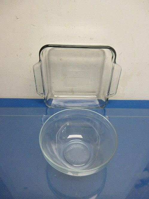 """Pair of heat resistant glass bowls, small round and 8x8x2"""" square"""