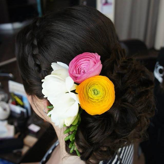 Svadobný účes so živými kvetmi