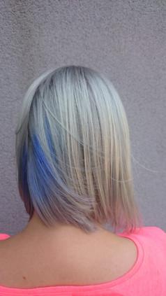 Blond, modrá farba v spodkoch